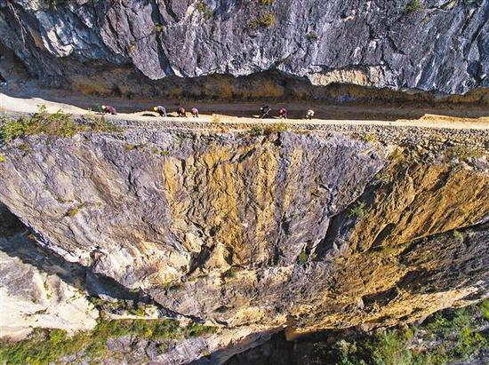 11月8日,兰英村老虎嘴崖路,施工队正在整治崖路边角。