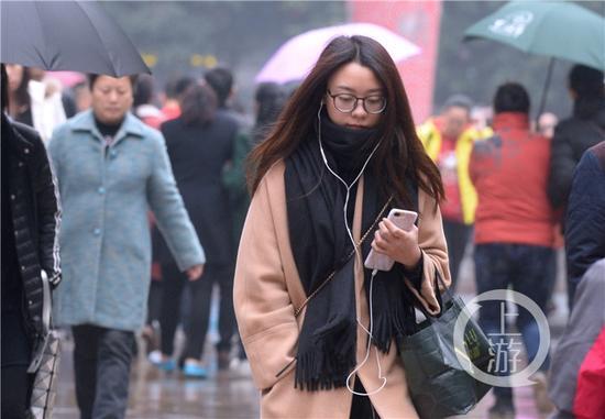 专家提醒,气温下滑明显,市民需注意添加衣物防寒保暖。