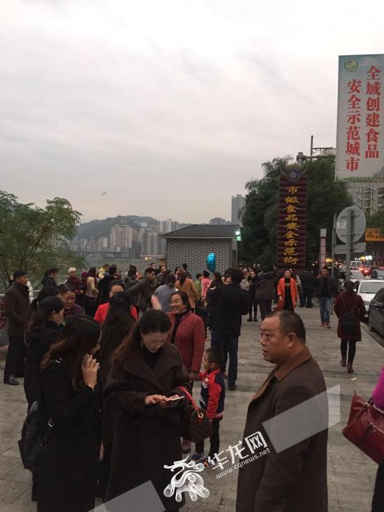 彭水滨江路,受地震影响跑出大楼的市民。网友供图