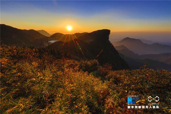 图为傍晚六点零二分拍摄的夕阳西下图。新华网发 王正坤 摄