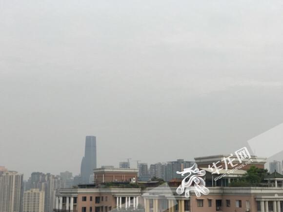 上午阳光躲进云雾后,气温稍有降低。记者 李裕锟 摄