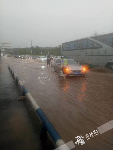 鱼嘴镇现代大道积水严重。江北交巡警供图