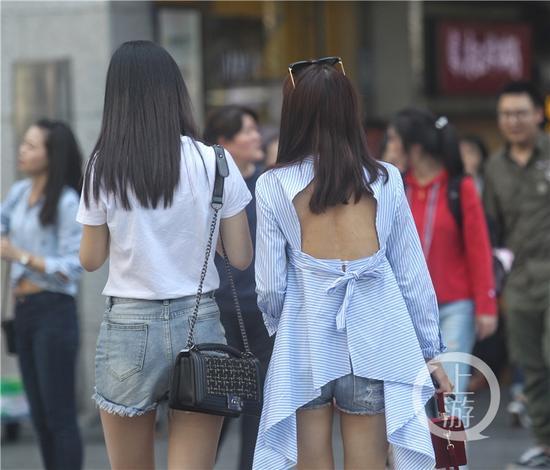 """△""""敢穿""""的重庆美女从容漫步在北城天街这一时尚潮地。"""
