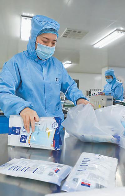 近日,各地口罩生产企业抓紧生产,全力增加市场供应。图为浙江省德清县一家口罩企业生产车间,工作人员在包装口罩。     王 正 王 珏摄影报道(影像中国)