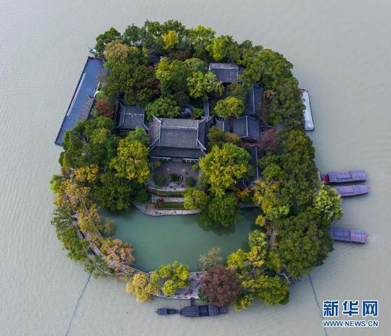 空中俯瞰嘉兴南湖湖心岛(无人机照片,2020年10月27日摄)。新华社记者 徐昱 摄
