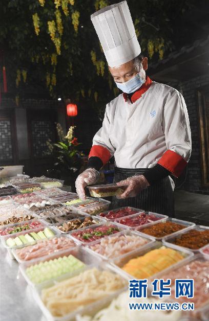 重庆一家火锅店的工作人员在准备外卖菜品。