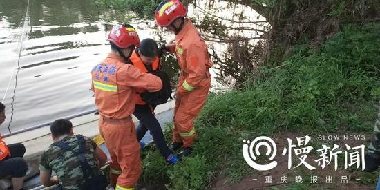 △消防绳索牵引小木船实施救援