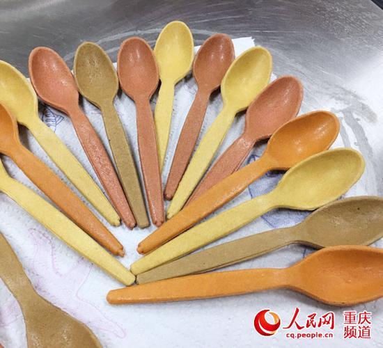 """重庆一女孩发明""""能吃的勺子"""""""