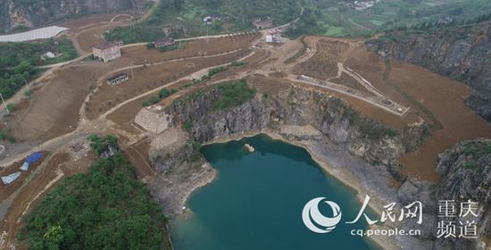 整治前的渝北区境内铜锣山区域碎石开采形成的矿坑。重庆市规划自然资源局供图