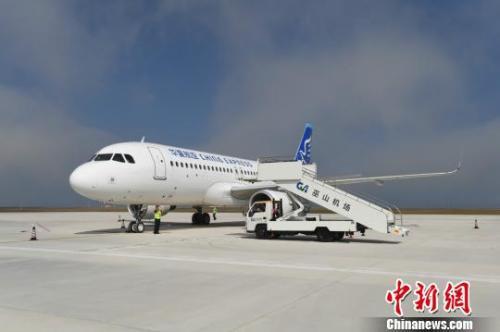 图为由华夏航空执飞首个重庆至巫山航班G52685在巫山机场降落。 钟欣 摄