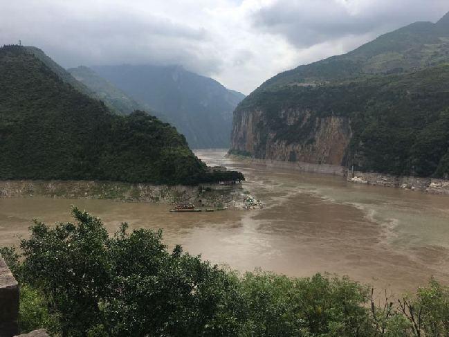 长江水流过夔门。新华社记者娄琛摄