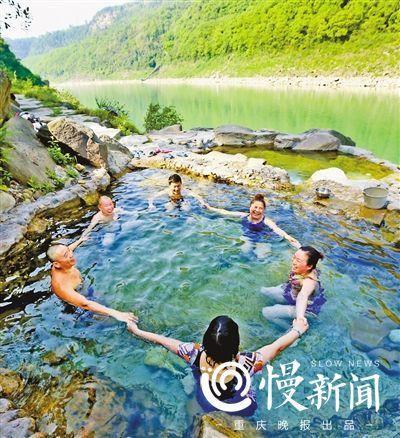 游客们在温泉中做游戏