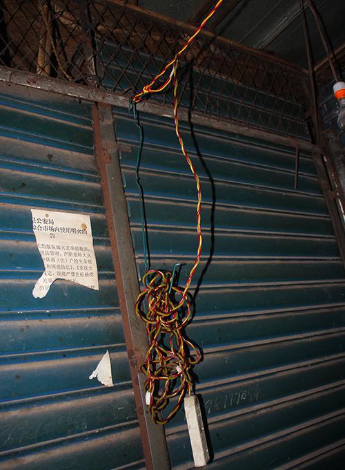 △云阳县柏杨湾综合市场整改前电线乱接乱拉。 消防部门供图