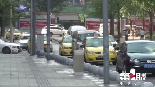 乘客刘先生说,的哥黄凯的手机上,满屏都是文字,一路上他看得很投入。