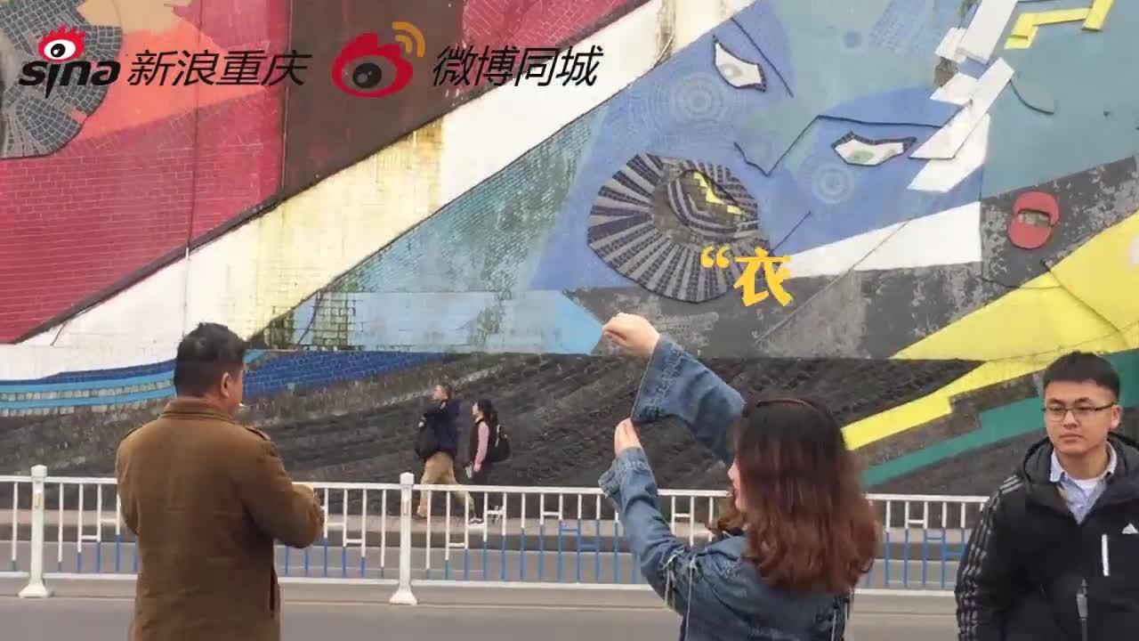 李子坝游客花式打包轻轨