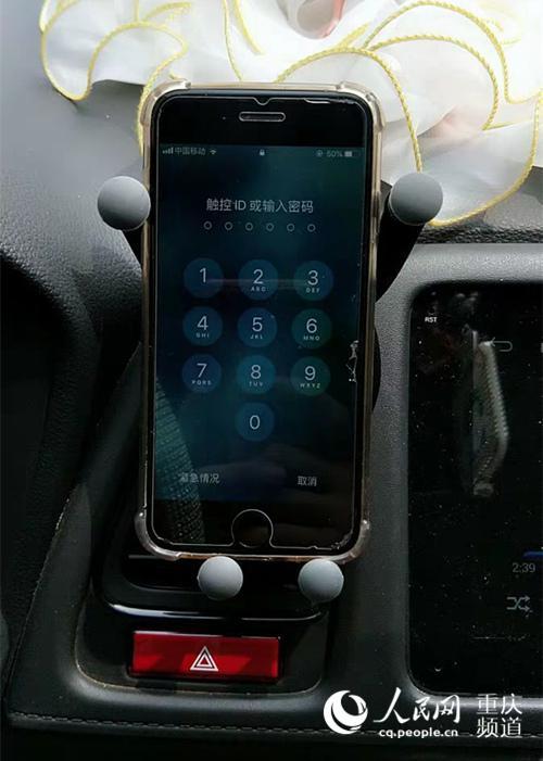 当驾驶人在路口等候通行过程中,即使是用固定支架操作手机仍会被抓拍。