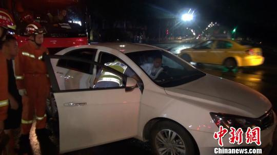 图为车窗被破拆后,驾驶员从睡梦中醒来。 秦鹏坤 摄