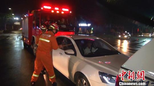 圖為消防員對車輛車窗進行破拆。 秦鵬坤 攝