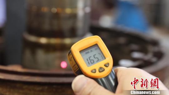 图为牵引电机电枢的表面温度达到165℃。 李富彬 摄