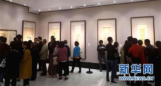 第二届巴山蜀水中国画展开幕当日,众多市民在重庆两江美术馆观展。新华网葛琦 摄