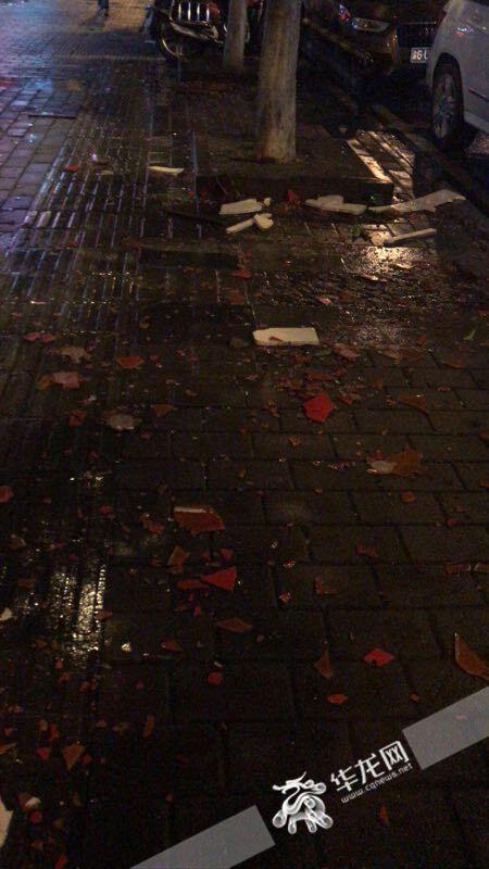 △大风过后,县城地面一地碎片。垫江县委宣传部供图