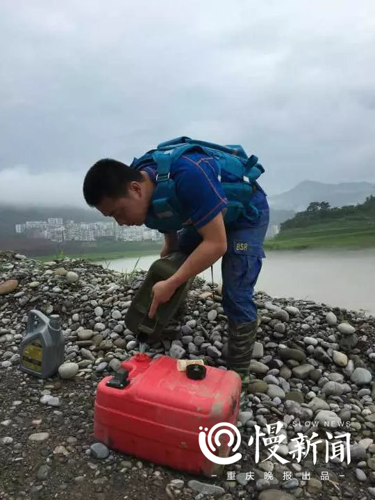 △谭明华在云阳搜救落水人员