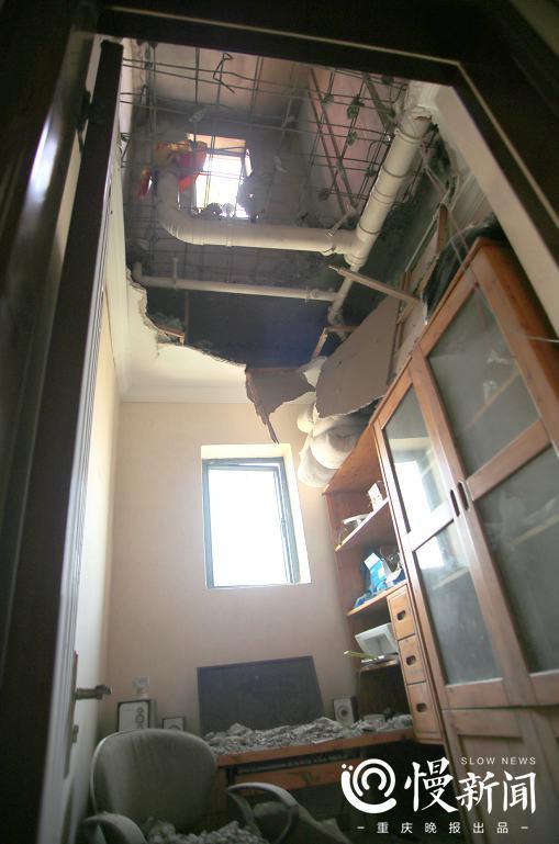 闫先生书房的天花板消失,直接看到了钢筋和楼上的卫生间