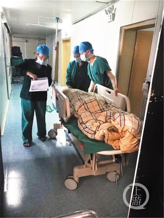 李婆婆受伤后在医院准备进行手术。