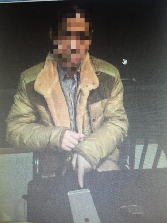 兰某指认盗窃的手机 渝中警方 供图