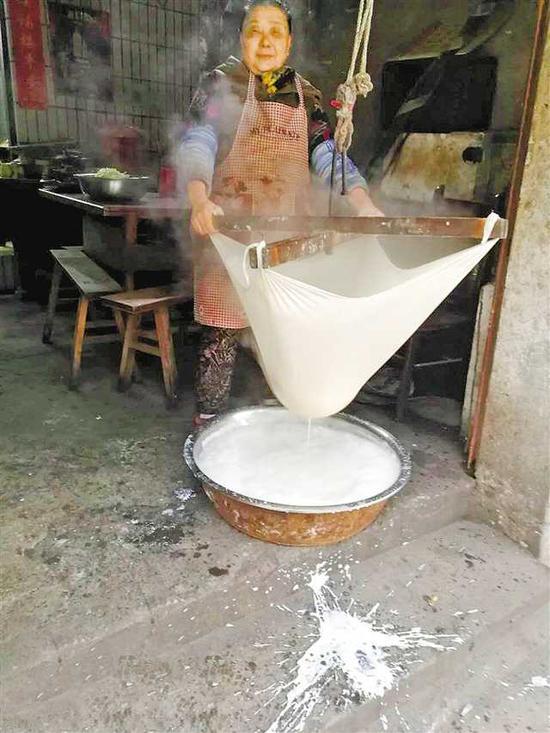 餐馆女老板刘仁群拍摄的作品。