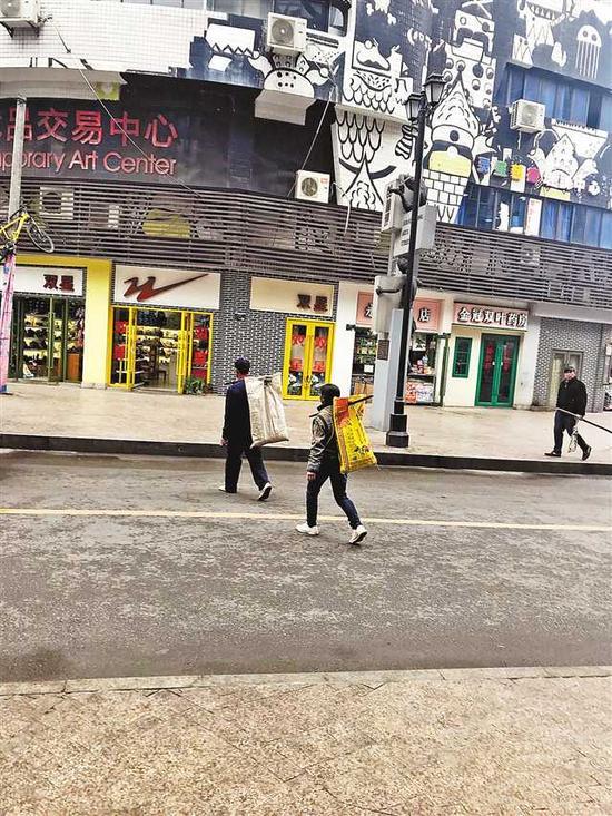 邓学平拍摄的街景。(展览主办方供图)