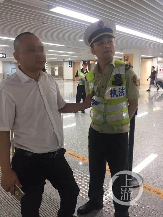 △滴滴专车司机刘某抓扯执法人员的衣服。