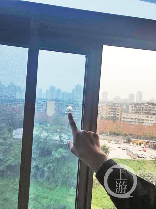 """△市民家中窗户上出现的""""弹孔""""。  警方供图"""