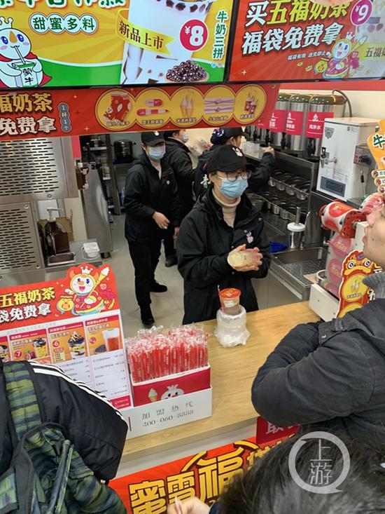 ▲有些饮品店仍在使用塑料吸管