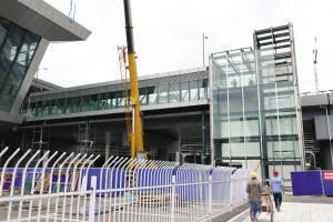 为了方便乘客出行,站前广场与北落客台之间将加装直通电梯