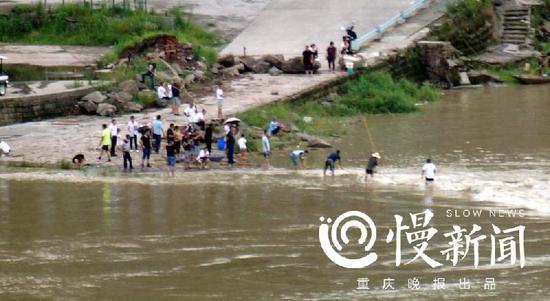 △江北嘴,有人在洪水里捕鱼