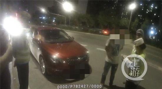 △张某酒驾与其他车辆发生了擦挂。警方供图