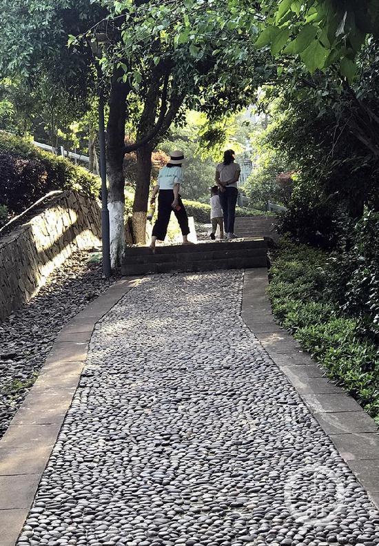 鹅卵石铺成的健身步道。