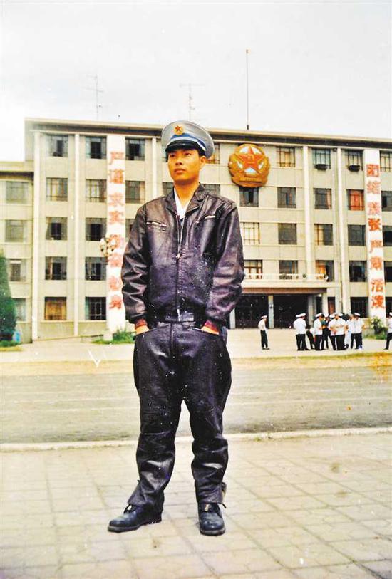 刘传健年轻时的英姿。