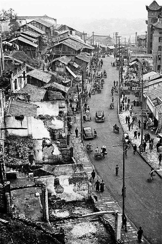 被炸后的城市街道。