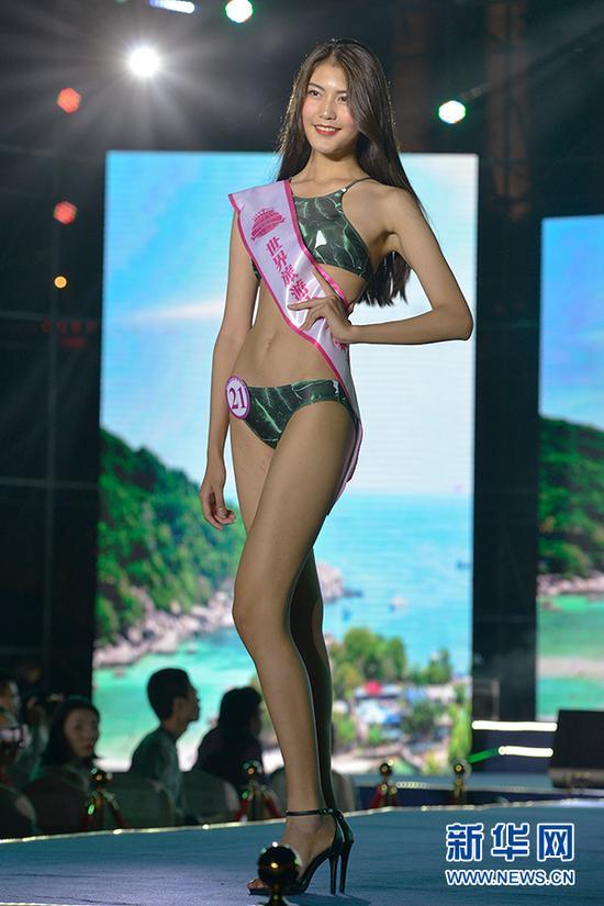 图为冠军余丽珠在泳装展示环节。新华网 李相博 摄
