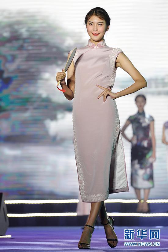 图为冠军余丽珠在旗袍展示环节。新华网 李相博 摄