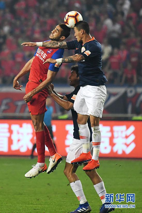 双方球员在比赛中拼抢头球。新华网 李相博 摄
