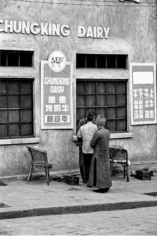 站在重庆牛奶厂乳品店前的市民。