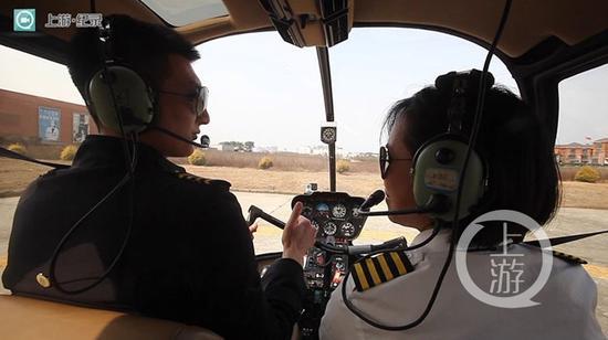△廖秋霞在教员的指导下开始操作飞机