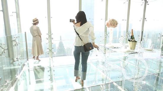 悬空玻璃吧吸引有胆量的朋友前来拍照