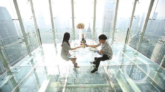 悬空玻璃吧吸引有胆量的朋友前来拍照。