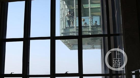 悬空玻璃吧在空中235米高空。