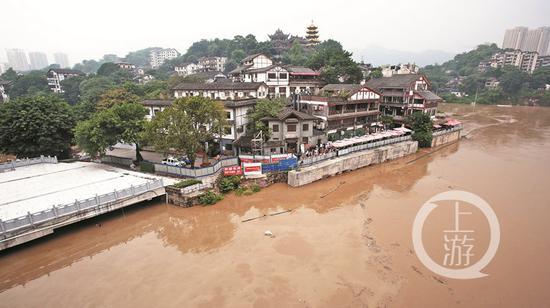 7月4日,重庆沙坪坝区磁器口,靠近江边的停车场被淹。 上游新闻记者 邹飞 摄