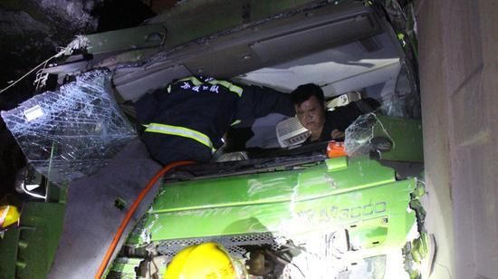 車速快加上路面濕滑引發的追尾事故
